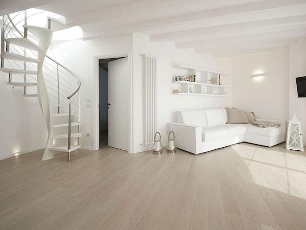 Parquet bianco eleganza e originalit per la casa al mare for Parquet ikea colori